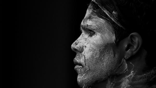 Med thumb aborigine dancer waits