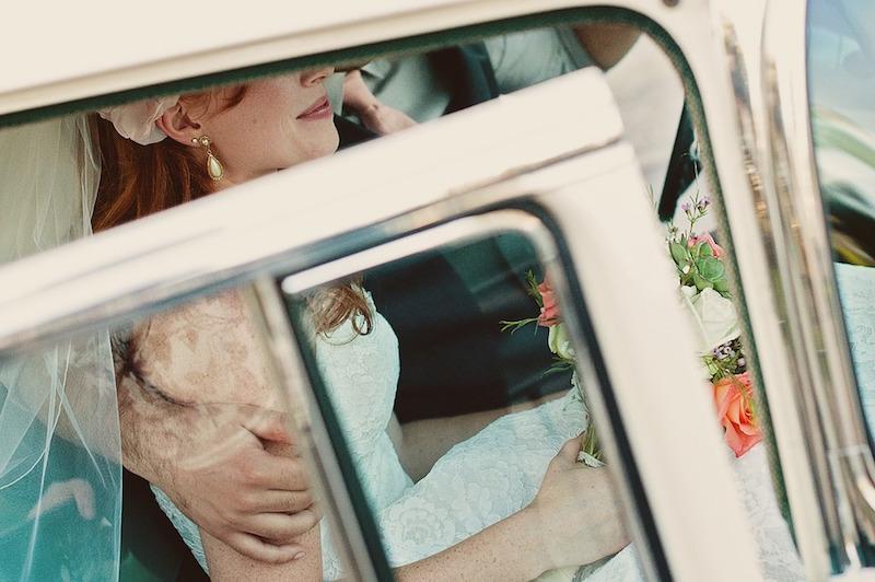 Weddingcoupleinlimo
